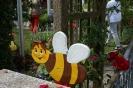 Liebevoll bemalte Bienen zeigten den Weg